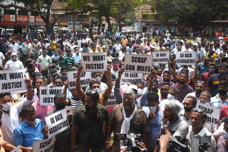 आझाद मैदानावर पर्यटक टॅक्सीवाल्यांचे बेमुदत आंदोलन