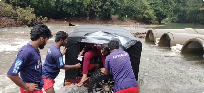 नदीत अडकली जीप; पर्यटकांची सुटका